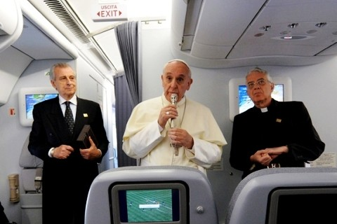 papa-francisco-en-conferencia-en-avion